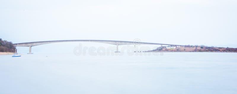 Νησί της γέφυρας της Skye πέρα από τη λίμνη Alsh - Χάιλαντς, Σκωτία στοκ εικόνες
