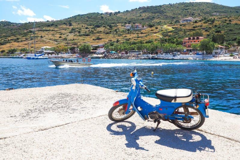Νησί της Ζάκυνθου λιμένων του Άγιου Νικολάου το καλοκαίρι, με το σαφές β στοκ φωτογραφία
