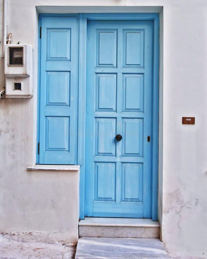 Νησί της Μυκόνου, Ελλάδα, μπλε πόρτα Λευκών Οίκων και παράθυρο στοκ εικόνες με δικαίωμα ελεύθερης χρήσης