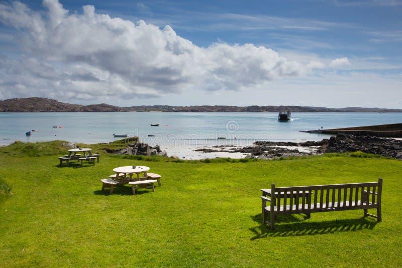 Νησί της Iona Σκωτία UK της σκωτσέζικης παραλίας και της άποψης νησιών όμορφης που θερμαίνουν με το πορθμείο στοκ εικόνες