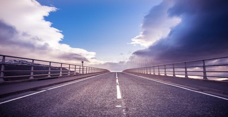 Νησί της Skye - της γέφυρας της Skye και δρόμος προς τον ουρανό στοκ φωτογραφίες