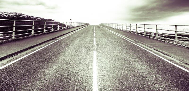 Νησί της Skye - της γέφυρας της Skye και δρόμος προς τον ουρανό στοκ φωτογραφία με δικαίωμα ελεύθερης χρήσης