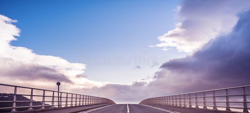 Νησί της Skye - της γέφυρας της Skye και δρόμος προς τον ουρανό στοκ φωτογραφία