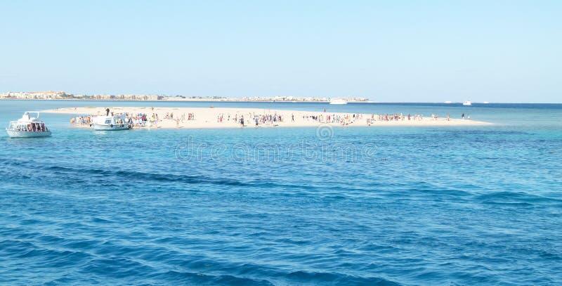 Νησί τουριστών στη θάλασσα στοκ εικόνες