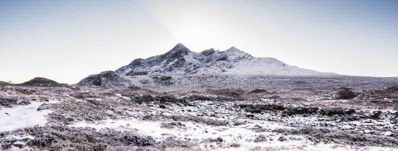 Νησί του τοπίου της Skye - χειμερινό τοπίο στους λόφους Cuillin, χιονισμένα βουνά στη Σκωτία στοκ εικόνα