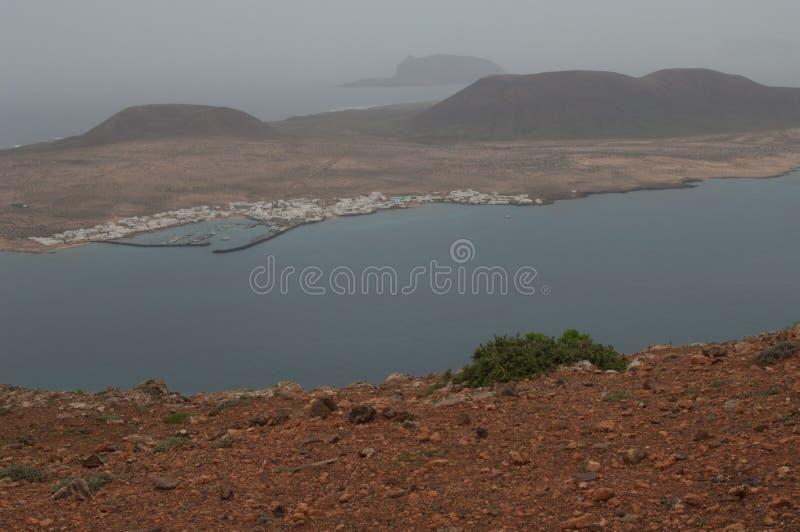 Νησί του χωριού Λα Graciosa Caleta de Sebo και του νησακιού Montaña Κλάρα στο υπόβαθρο από Lanzarote στοκ εικόνες