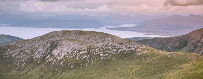 Νησί των βουνών της Skye - λόφοι Cuillin και ωκεάνιο τοπίο στοκ εικόνα