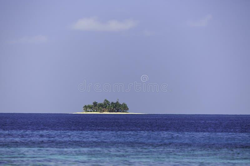 Νησί Coyos στη μέση της όμορφης τυρκουάζ καραϊβικής θάλασσας στοκ φωτογραφίες με δικαίωμα ελεύθερης χρήσης