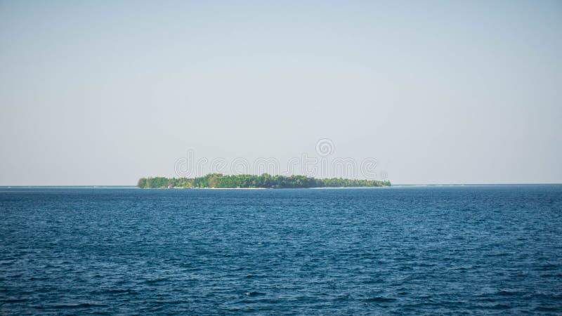 Νησί jawa Karimun στη μέση της βαθιάς μπλε θάλασσας στην κεντρική Ιάβα Ινδονησία στοκ φωτογραφίες