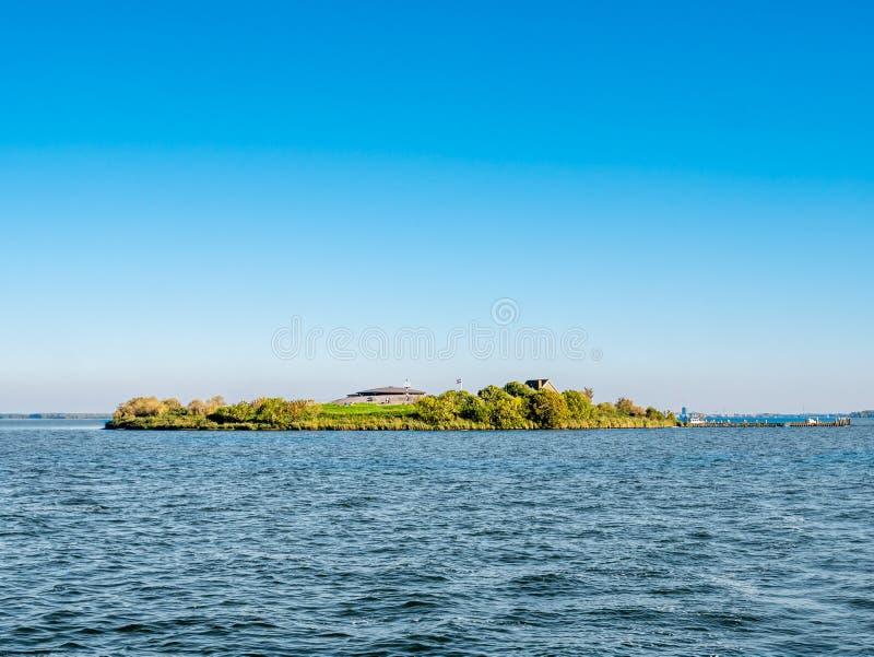 Νησί Pampus οχυρών με το φρούριο και λιμενοβραχίονας στη λίμνη IJmeer κοντά στο Άμστερνταμ, Κάτω Χώρες στοκ εικόνα