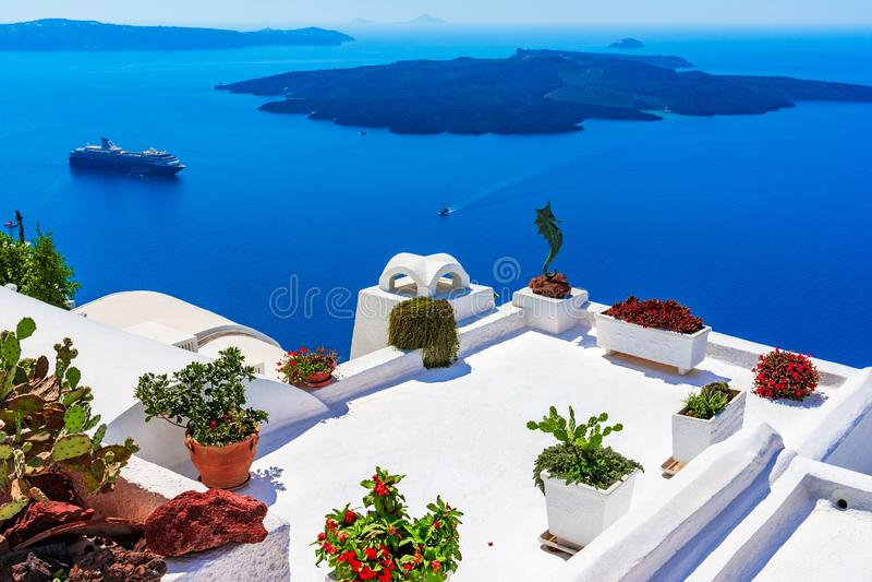 Νησί Santorini, Ελλάδα: Λεπτομέρεια ορόσημων ενός πεζουλιού που διακοσμείται στοκ εικόνες