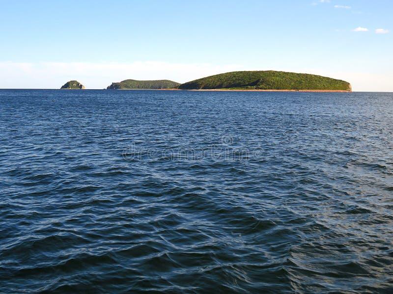 Νησιά Naumova και Klikova κοντά στο Βλαδιβοστόκ Ρωσία, η θάλασσα της Ιαπωνίας στο ηλιοβασίλεμα στοκ φωτογραφίες με δικαίωμα ελεύθερης χρήσης