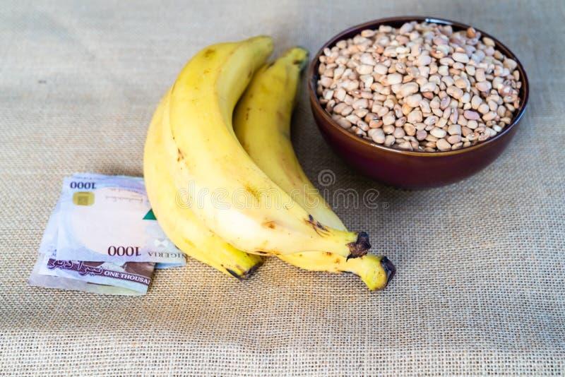 Νιγηριανά plantain και φασόλια με νιγηριανά Naira στοκ φωτογραφίες