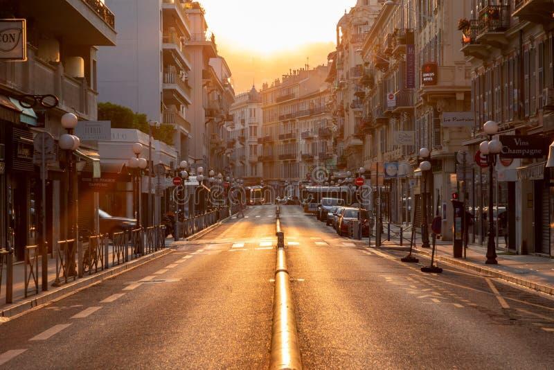 """ΝΙΚΑΙΑ, ΓΑΛΛΙΑ - 4 ΙΟΥΝΊΟΥ 2019: Όμορφη ανατολή στην πόλη της Νίκαιας Υπόστεγο δ """"Azur Γαλλία r στοκ εικόνες"""