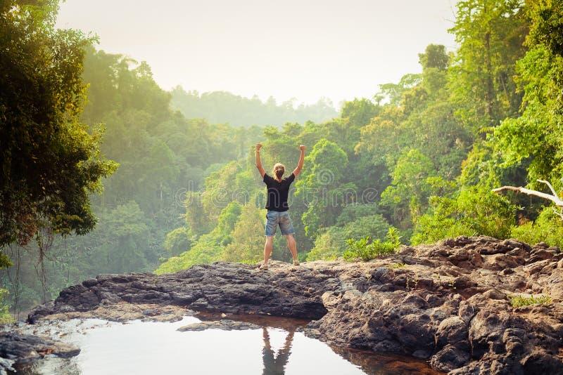Νικητής στην κορυφή βουνών Ενεργός έννοια ζωής στοκ εικόνες