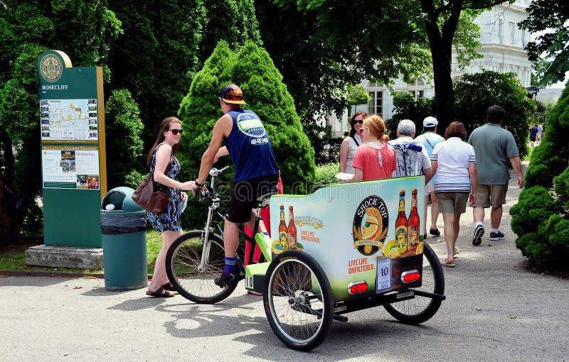 Νιούπορτ, RI: Pedicab με τους τουρίστες στο μέγαρο Rosecliff στοκ εικόνες