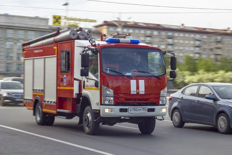 Νοβοσιμπίρσκ/ Ρωσία - 25 05 2019: Ο κόκκινος πυροσβεστικός κινητήρας οδηγεί γρήγορα σε κλήση στοκ φωτογραφία