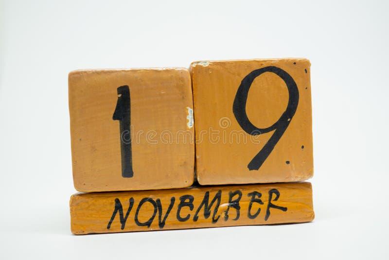 19 Νοεμβρίου Ημέρα 19 του μήνα, χειροποίητο ξύλινο ημερολόγιο που απομονώνεται στο άσπρο υπόβαθρο μήνας φθινοπώρου, ημέρα της ένν στοκ εικόνες