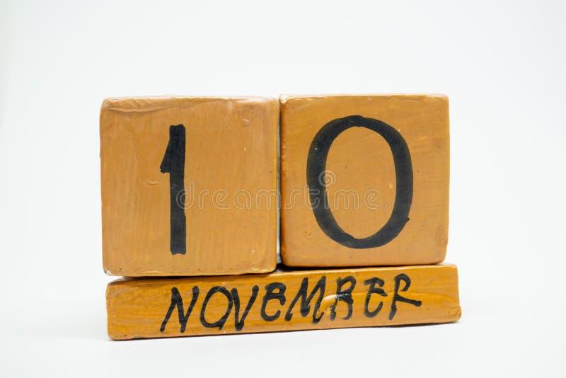 10 Νοεμβρίου Ημέρα 10 του μήνα, χειροποίητο ξύλινο ημερολόγιο που απομονώνεται στο άσπρο υπόβαθρο μήνας φθινοπώρου, ημέρα της ένν στοκ εικόνα