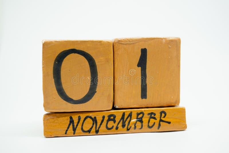 1 Νοεμβρίου ημέρα 1 του μήνα, χειροποίητο ξύλινο ημερολόγιο που απομονώνεται στο άσπρο υπόβαθρο μήνας φθινοπώρου, ημέρα της έννοι στοκ φωτογραφία με δικαίωμα ελεύθερης χρήσης