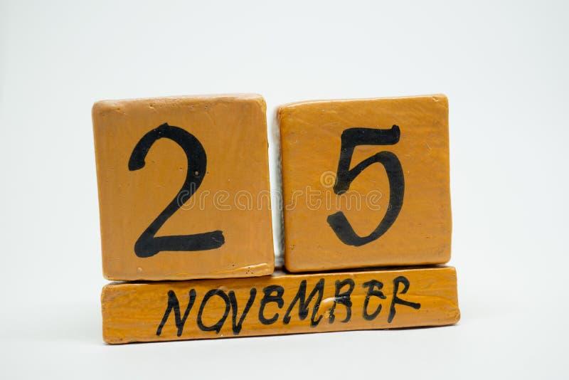 25 Νοεμβρίου Ημέρα 25 του μήνα, χειροποίητο ξύλινο ημερολόγιο που απομονώνεται στο άσπρο υπόβαθρο μήνας φθινοπώρου, ημέρα της ένν στοκ φωτογραφία με δικαίωμα ελεύθερης χρήσης