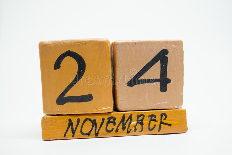 24 Νοεμβρίου Ημέρα 24 του μήνα, χειροποίητο ξύλινο ημερολόγιο που απομονώνεται στο άσπρο υπόβαθρο μήνας φθινοπώρου, ημέρα της ένν στοκ εικόνες