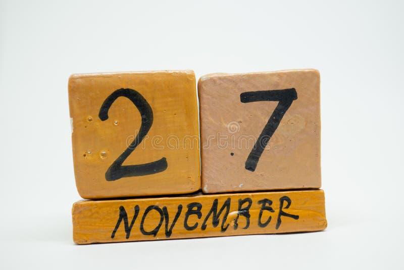 27 Νοεμβρίου Ημέρα 27 του μήνα, χειροποίητο ξύλινο ημερολόγιο που απομονώνεται στο άσπρο υπόβαθρο μήνας φθινοπώρου, ημέρα της ένν στοκ φωτογραφίες