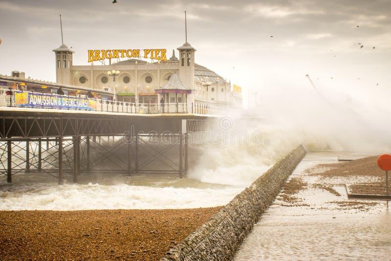 29 Νοεμβρίου 2015, Μπράιτον, UK, κύματα του Desmond θύελλας που συντρίβει κάτω από την αποβάθρα στοκ φωτογραφίες