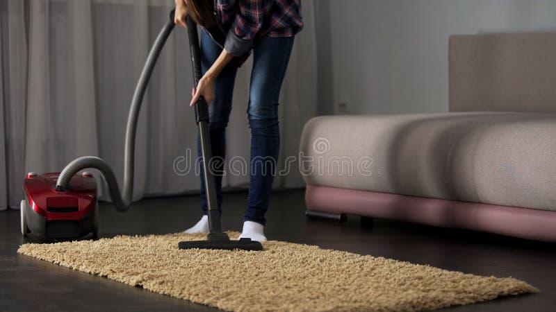 Νοικοκυρά που καθαρίζει το σκονισμένο δωμάτιο με την ηλεκτρική σκούπα, σύγχρονη τεχνολογία, υγιεινή στοκ εικόνες