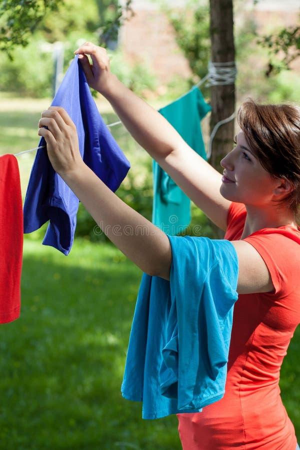 Νοικοκυρά που κρεμά το πλυντήριο στοκ φωτογραφία με δικαίωμα ελεύθερης χρήσης