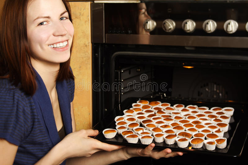 Download Νοικοκυρά που παίρνει Cupcakes από το φούρνο Στοκ Εικόνα - εικόνα από alon, αντικείμενο: 22781383