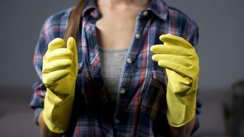 Νοικοκυρά στα κίτρινα γάντια έτοιμα να αρχίσουν την οικογένεια, οικοκυρική στοκ εικόνα με δικαίωμα ελεύθερης χρήσης