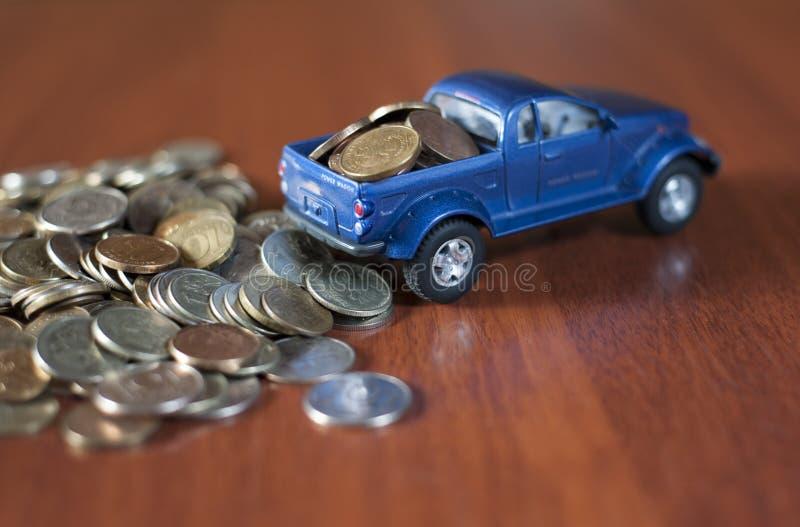 Νομίσματα και μια μπλε διαδρομή στοκ εικόνες με δικαίωμα ελεύθερης χρήσης