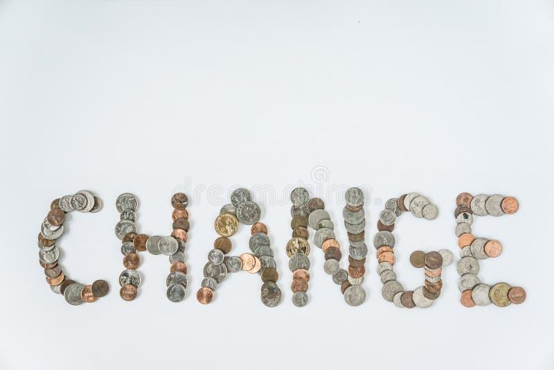 Νομίσματα που απομονώνονται στις σταθερές άσπρες βάσεις που συλλαβίζουν την αλλαγή λέξης στοκ εικόνα με δικαίωμα ελεύθερης χρήσης