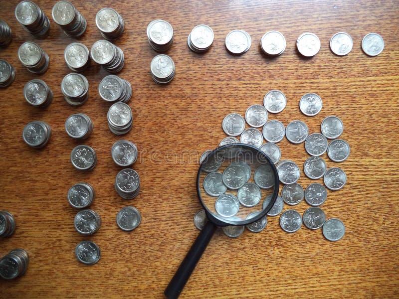 Νομίσματα που διασκορπίζονται στον πίνακα στοκ εικόνες με δικαίωμα ελεύθερης χρήσης