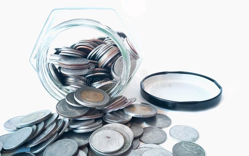 Νομίσματα που ρέουν έξω του βάζου στοκ φωτογραφίες