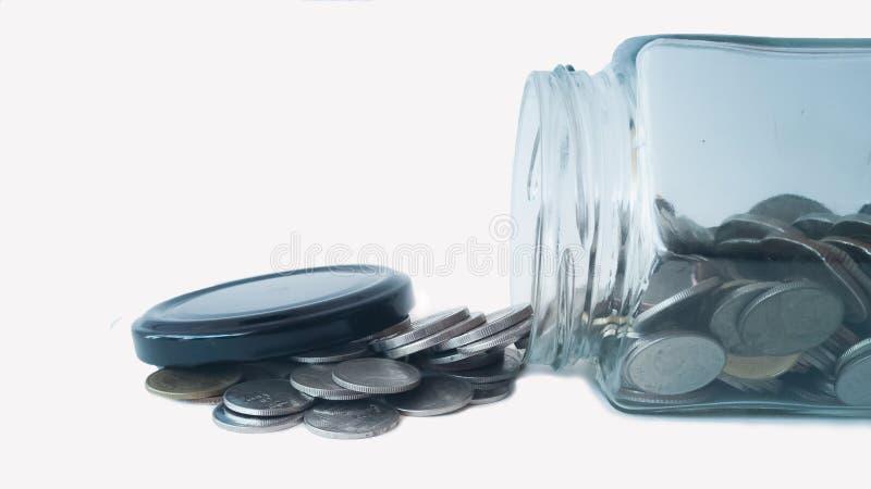 Νομίσματα που ρέουν έξω του βάζου στοκ εικόνες