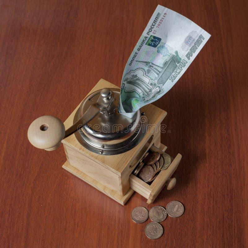Νομίσματα σε έναν μύλο cofee στοκ εικόνες με δικαίωμα ελεύθερης χρήσης