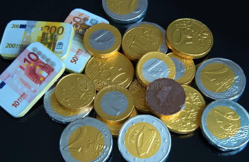 Νομίσματα σοκολάτας με το μαύρο υπόβαθρο στοκ φωτογραφία με δικαίωμα ελεύθερης χρήσης