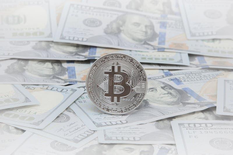 Νομίσματα του bitcoin στα πλαίσια των σημειώσεων δολαρίων bitcoin το δημοφιλέστερο cryptocurrency στον κόσμο στοκ εικόνες