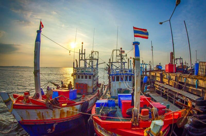 νομός πόλεων βαρκών corrib που αλιεύει galway Ιρλανδία το ηλιοβασίλεμα ποταμών στοκ εικόνα με δικαίωμα ελεύθερης χρήσης