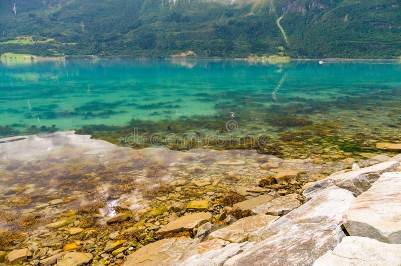 Νορβηγική πετρώδης ακτή φιορδ στοκ εικόνα