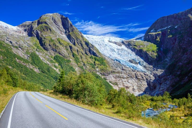 Νορβηγικό τοπίο με το δρόμο, τον παγετώνα και τα πράσινα βουνά Νορβηγία στοκ εικόνες