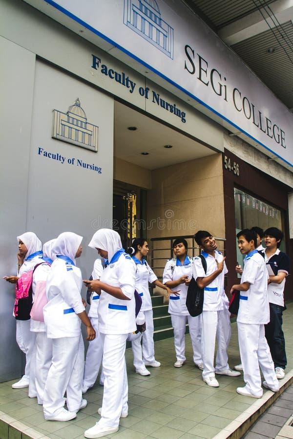 Νοσηλευτικοί σπουδαστές μπροστά από το σχολείο στοκ φωτογραφίες