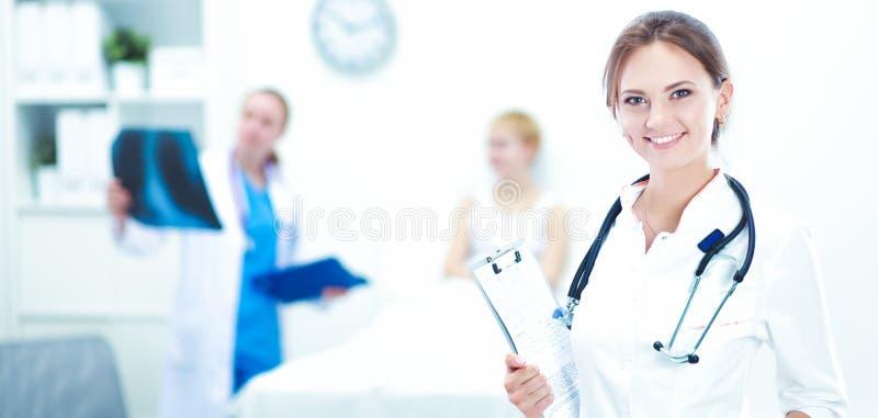 Νοσοκομείο γιατρών γυναικών standingat στοκ φωτογραφία με δικαίωμα ελεύθερης χρήσης
