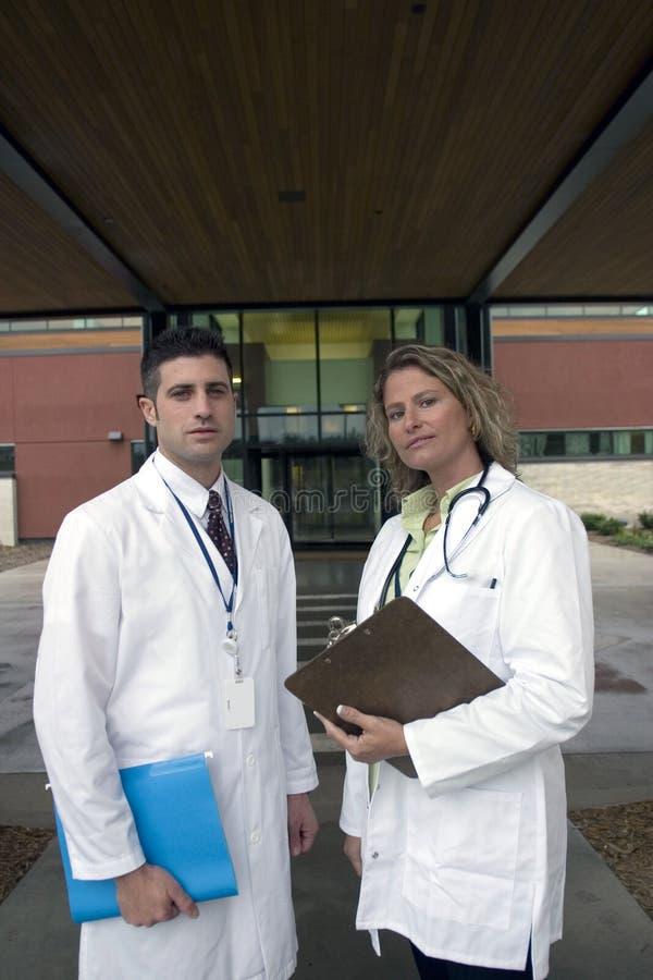 νοσοκομείο 2 γιατρών έξω στοκ φωτογραφία με δικαίωμα ελεύθερης χρήσης