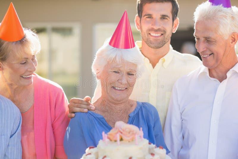 Νοσοκόμα και πρεσβύτεροι που γιορτάζουν γενέθλια στοκ εικόνα με δικαίωμα ελεύθερης χρήσης