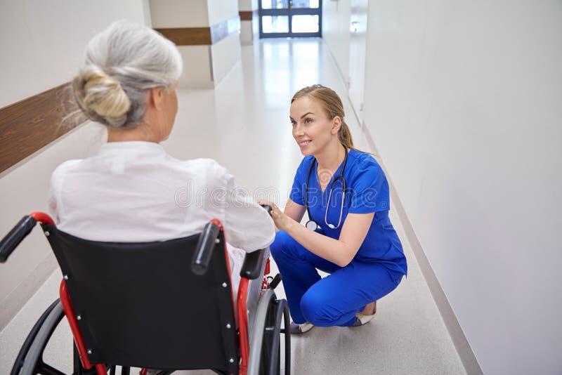 Νοσοκόμα με την ανώτερη γυναίκα στην αναπηρική καρέκλα στο νοσοκομείο στοκ φωτογραφία με δικαίωμα ελεύθερης χρήσης