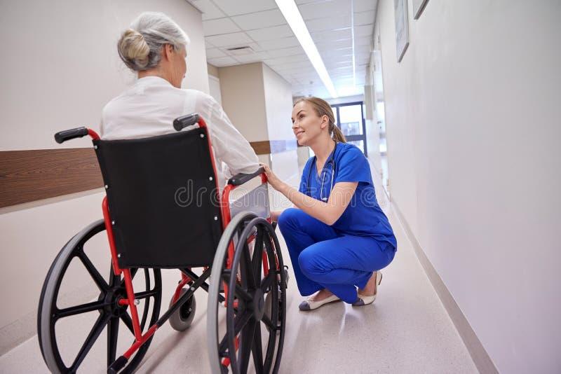 Νοσοκόμα με την ανώτερη γυναίκα στην αναπηρική καρέκλα στο νοσοκομείο στοκ φωτογραφίες με δικαίωμα ελεύθερης χρήσης