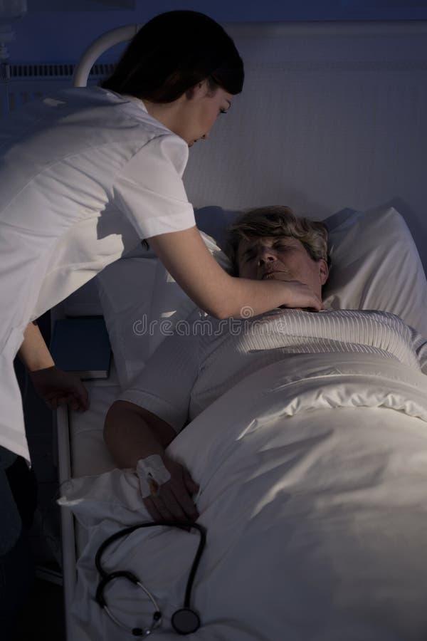 Νοσοκόμα που βοηθά έναν ανώτερο ασθενή στοκ φωτογραφία με δικαίωμα ελεύθερης χρήσης